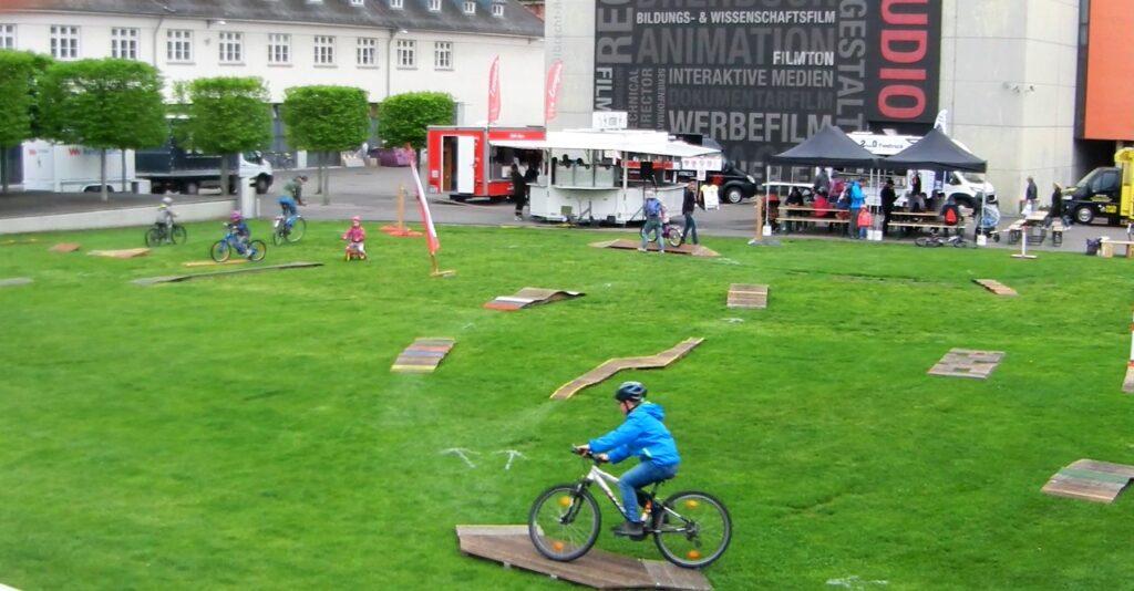 Fahrradspielplatz mit Kind